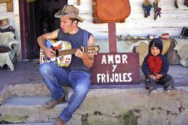 Polache y su inseparable guitarra